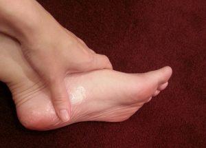 足にクリームを塗っている写真