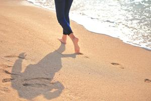 裸足で大地を歩く